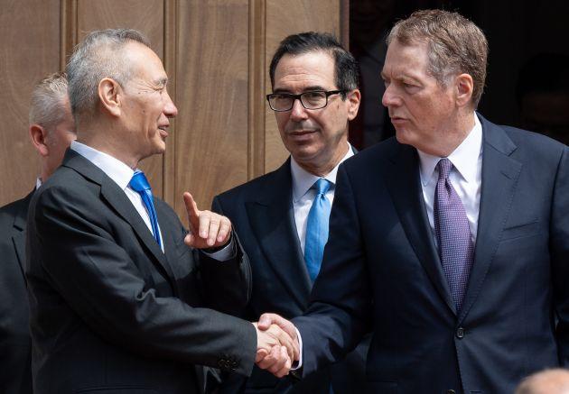 Đại diện Thương mại Mỹ Robert Lighthizer và Bộ trưởng Tài chính Steven Mnuchin bắt tay Phó Thủ tướng Trung Quốc Liu He sau một phiên đàm phán tại Mỹ hồi tháng 5. Ảnh: AFP/Getty Images.