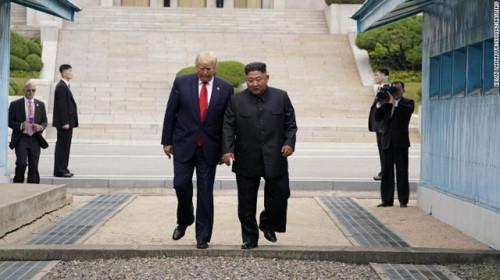 Tổng thống Mỹ Donald Trump và Chủ tịch Triều Tiên Kim Jong - un cùng bước qua đường ranh giới khu vực phi quân sự